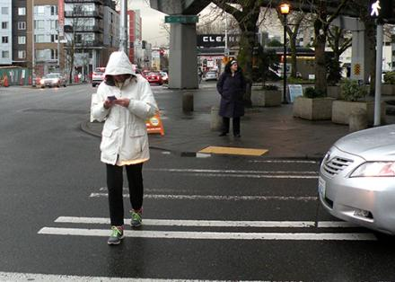 Egyre több gyalogos ütközik lámpaoszlopnak
